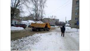 Снег с улиц вывозят. Но о частных территориях должны заботиться их собственники