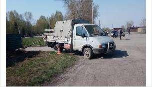 Раздавил траурный венок грузовик возле кладбища в Бердске