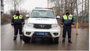 Автоинспекторы Андрей Васильев и Иван Батюков
