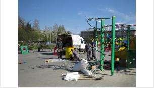 Рабочие заканчивают установку игровых форм на детской площадке