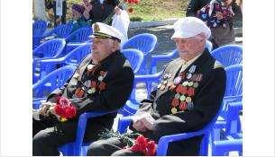 Фронтовик Николай Живодёров (на фото - справа) пришёл на митинг