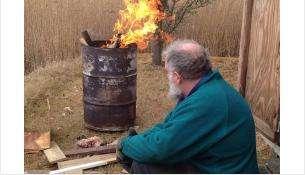 Сжигание мусора в бочке может завершиться крупным пожаром