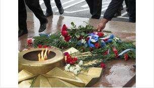 Одним из первых цветы возложил мэр Евгений Шестернин
