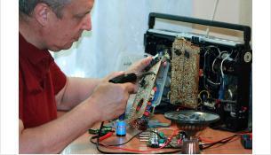 Восстанавливают старую радиоаппаратуру обычно в качестве хобби