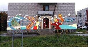 Сказочные персонажи уже украшают серое здание