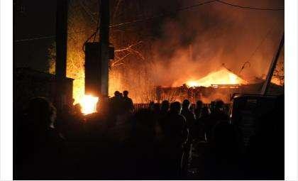 Жилой дом и две машины сгорели в Бердске на ул. Седова