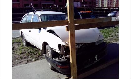 «Тойота» врезалась в строительный забор, уходя от столкновения с «Вольво»