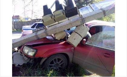 Врезался в светофор в Бердске водитель «Субару», уходя от ДТП с «Ауди»