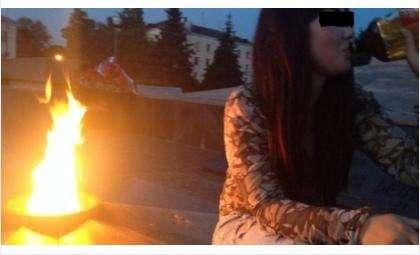 Фото: на Вечном огне в Тольятти девушка пьет пиво