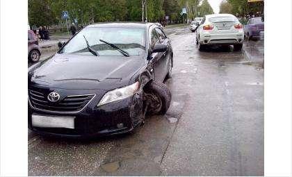 На 90 градусов вывернуло колесо у «Тойоты» в результате ДТП в центре Бердска
