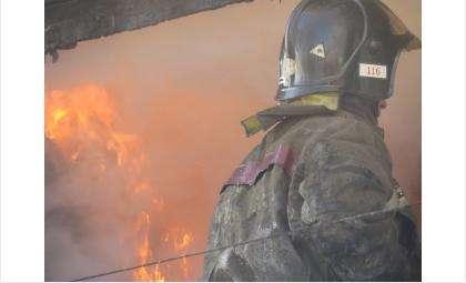 С полуночи до утра пожарные ПЧ-11 города Бердска тушили горящий дом в Юго-Восточном микрорайоне