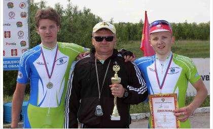 Тренер по велоспорту Александр Мамонтов и его воспитанники