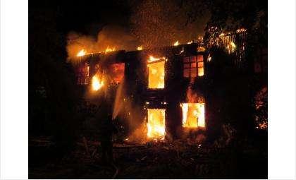 Ветхий расселенный барак в микрорайоне Фергана в Бердске горит второй раз за месяц
