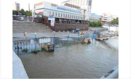 За пять часов водой оказалась затоплена парковка у Речного вокзала в Новосибирске