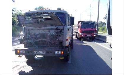 Столкновение двух грузовиков образовало пробку на трассе М-52