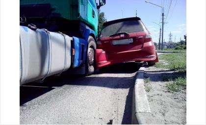 """Хруст раздался когда большегрузный автомобиль придавил крохотную """"Хонду"""" к краю дороги"""
