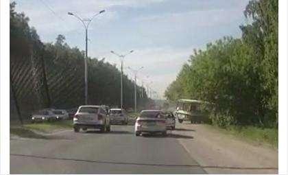 Автобус без водителя проехал поперек дороги и скатился в кювет. Кадр из видеоролика