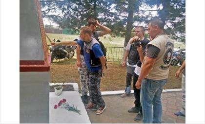 """Мотоциклисты из клуба """"99 процентов"""" в Бердске отремонтировали памятник"""