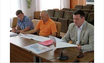 Директор управления ЖКХ Владимир Захаров (на фото справа) рассказал о том, как в Бердске появилась новая дорожная разметка