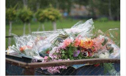Вечером 1 сентября в мусорный бак были выброшены цветы