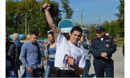 Сотрудник бердской полиции Владимир Черненко 225 раз поднял гирю весом 16 кг