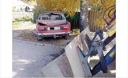Трактор ковшом разбил автомобиль