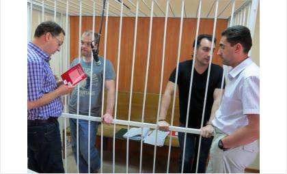 В клетке: Илья Потапов и Владимир Мухамедов (слева направо). По эту сторону - их адвокаты Александр Иноядов и Владимир Воробьев