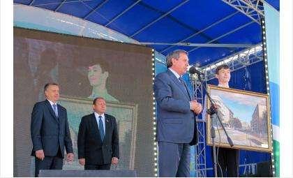 Врио губернатора НСО Владимир Городецкий подарил Бердску в День города картину