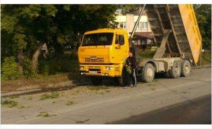 Водитель КамАЗа проехал под газовой трубой с поднятым кузовом и порвал трубу