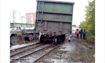 Два вагона поставили на рельсы, третий пока не удалось