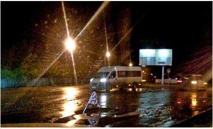 Автомобилисты сами спасают свои машины, ставя ограждения на дорожных ямах