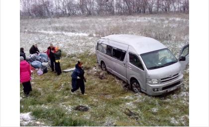 Микроавтобус с пассажирами слетел с трассы и перевернулся
