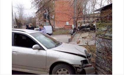 Ниссан в Бердске врезался в конюшню. Конь не пострадал