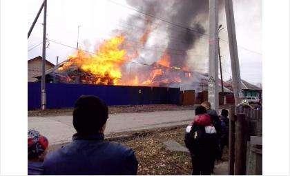 Два дома на ул. Маяковского в Бердске уничтожены огнем