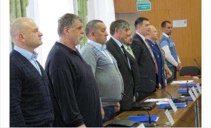 В этом ряду гимн РФ пел только депутат Владимир Захаров (на фото слева от прокурора города Андрея Власова)