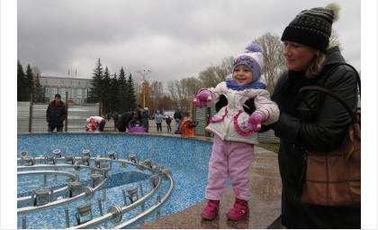 К новому фонтану сразу пришли молодые мамы с детьми