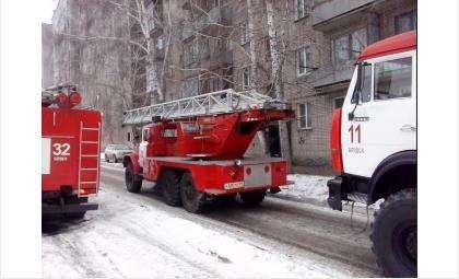 В многоэтажке, куда по вызову прибыли три пожарных машины, ничего не горело