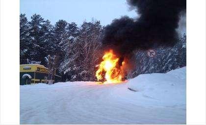 Горит бензовоз на АЗС в Нижней Ельцовке