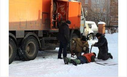 Аварийщики извлекли из забитой канализации кучу мусора, которого там быть не должно