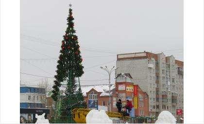 Новогодняя елка в Бердске искусственная, а Дед Мороз и Снегурочка - надувные