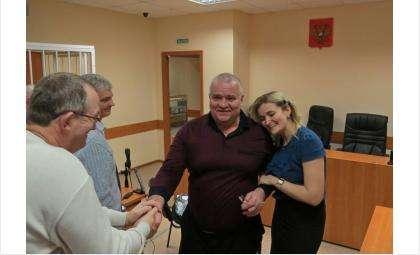 Анна Голубева очень радовалась, когда ее отца - Виктора Голубева - отпустили из-под стражи в зале суда Бердска
