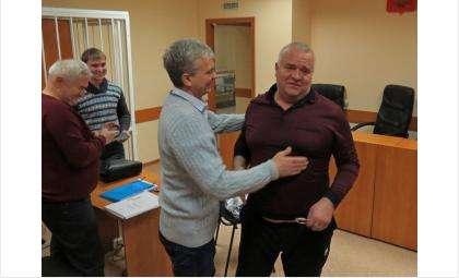 Виктора Голубева (на фото справа) отпустили под подписку о невыезде 23 декабря 2014 года