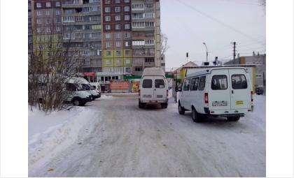 Маршрутки устроили незаконный отстойник на внутриквартальной дороге