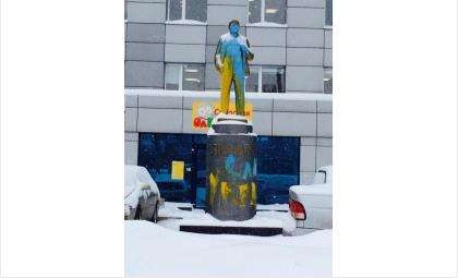 """Памятник Ленину в Новосибирске был разрисован синей и желтой краской. На постаменте нанесли надпись """"Слава Украине"""""""