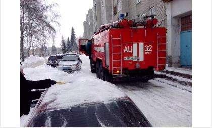 У дома №28 на ул. Ленина тушили автомобиль