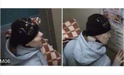 Мать зашла в лифт с младенцем, чтобы избавиться от него. Кадр из видео