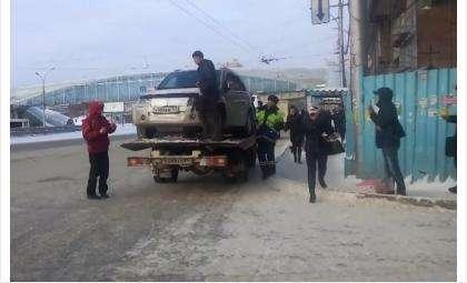 Мужчина препятствует эвакуации автомобиля. Кадр из видео