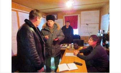 """Виталий Гноев (на фото в центре) куратор строительных работ в д/с """"Звездочка"""" в интересах следствия не называет фирму, не поставившую в сад мебель на сумму более 1 млн рублей"""