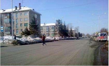 """Знак пешеходного перехода на остановке """"11 квартал"""" убрали, а пешеходы все равно переходят здесь дорогу"""