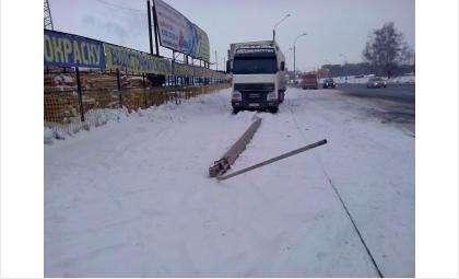 Курганец-дальнобойщик сбил опору ЛЭП в Бердске